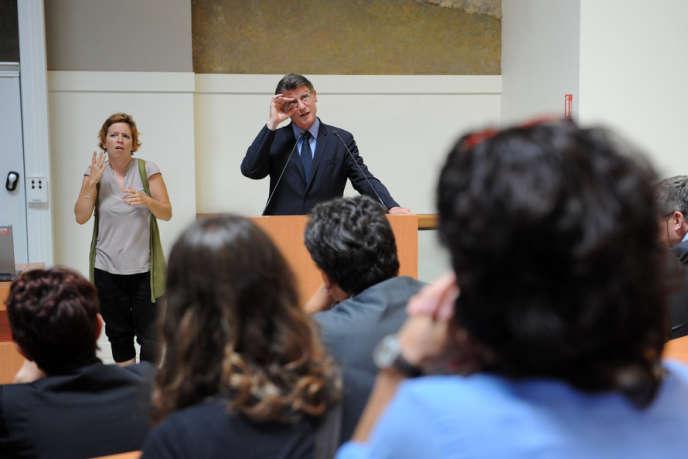 Le ministre de l'éducation, Vincent Peillon, face aux premiers étudiants des Ecoles supérieures du professorat et de l'éducation de l'Université Toulouse-I-Capitole, le 26 août 2013.