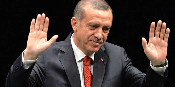 Dans l'impossibilité de se rendre à un meeting à Izmir, à plusieurs centaines de kilomètres au sud d'Istanbul, le premier ministre turc, Recep Tayyip Erdogan, y a quand même prononcé un discours… grâce à son hologramme.