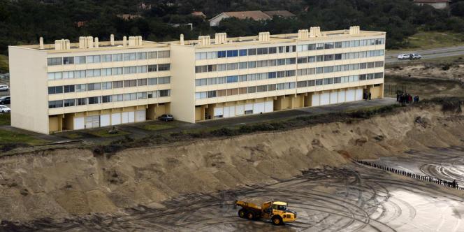 L'immeuble Le Signal, à Soulac-sur-mer, n'est plus qu'à 20 mètres à peine d'une falaise de sable.