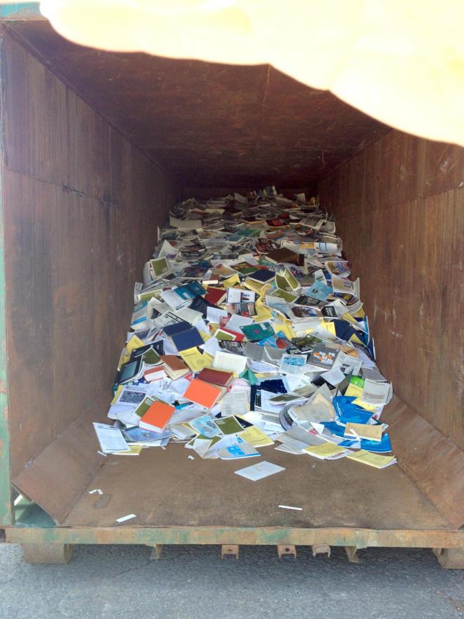 Livres et revues jetés, en vrac, dans un conteneur de décharge. Selon Radio Canada, cette photo a été prise à l'été 2013 par des employés de l'Institut Maurice Lamontagne, dont la bibliothèque a été démantelée.