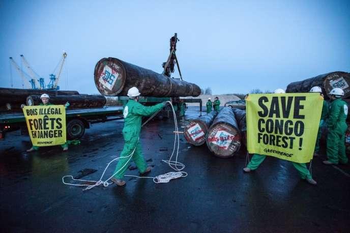 Des militants de Greenpeace dénoncent la présence de bois illégal en provenance de République démocratique du Congo sur le port de Caen mercredi 8 janvier 2014.