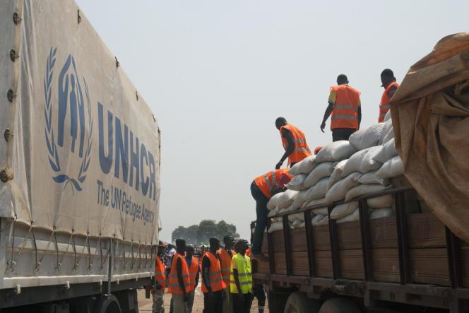 Distribution de nourriture au camp de dŽéplacŽés de ˆl'aéŽroport de Bangui, le 8 janvier.