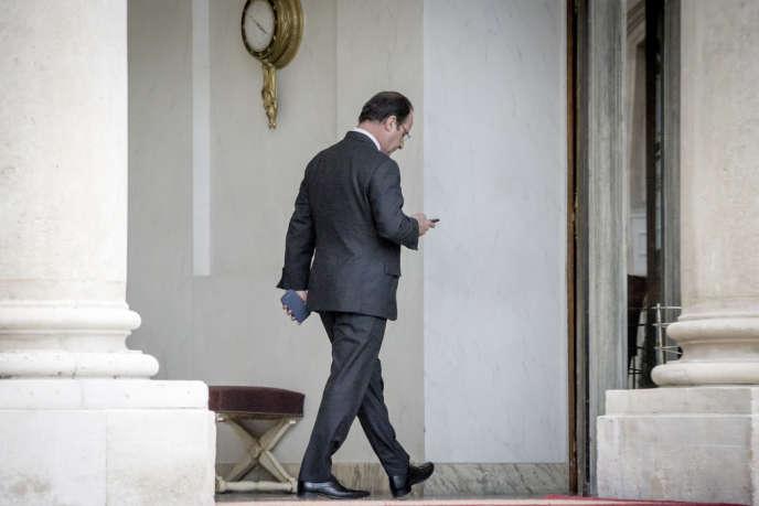 François Hollande, président de la république, consulte ses SMS après la cérémonie des vœux aux Corps constitués au Palais de l'Elysée à Paris, mardi 7 janvier 2014.