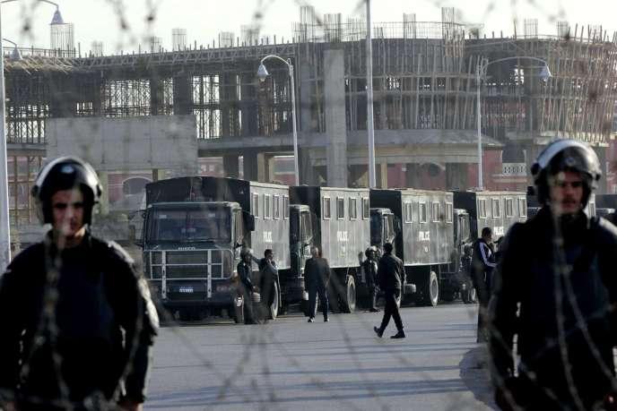 Deux mille policiers ont été déployés au Caire à l'occasion du deuxième jour du procès du président déchu Mohamed Morsi mercredi 8 janvier 2014. Procès ajourné au 1er février.