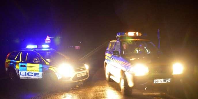 Des secouristes se rendent sur les lieux du crash de l'hélicoptère, à proximité de Cley, dans le Norfolk.