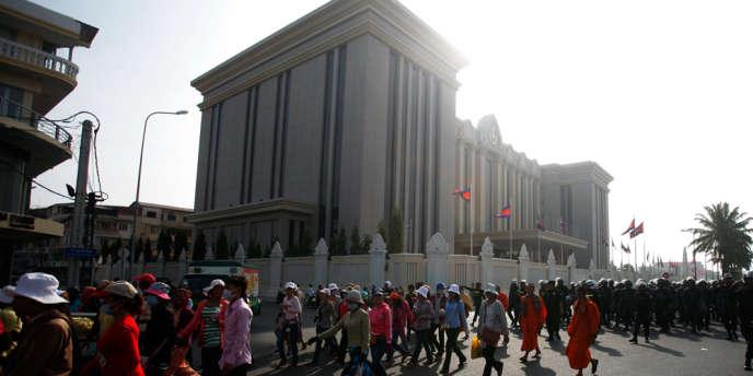 Manifestation pour la revalorisation du salaire minimum mensuel devant le bureau du premier ministre du Cambodge, Hun Sen, le 31 décembre 2013.