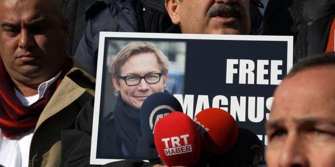 Manifestation pour la libération de Magnus Falkehed, à Ankara, le 23décembre2013. Il est l'un des deux journalistes suédois à avoir été libérés par l'Etat islamique en Irak et au Levant (EIIL), a-t-on appris mercredi 8 janvier 2014.
