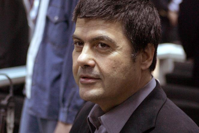 Christodoulos Xiros, membre du groupe terroriste grec du 17-Novembre, lors de son procès, le 2 décembre 2005, à Athènes.