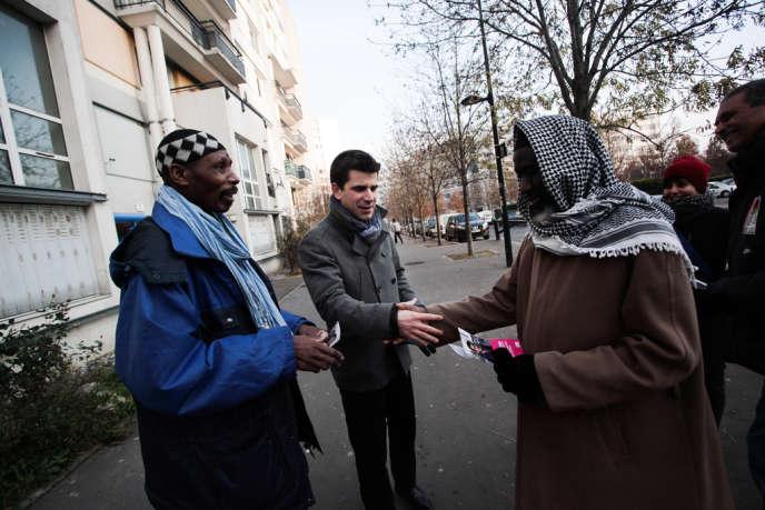 Mathieu Hanotin (au centre) distribue des tracts à la cité des Francs-Moisins, à Saint-Denis, le 13 décembre 2013.