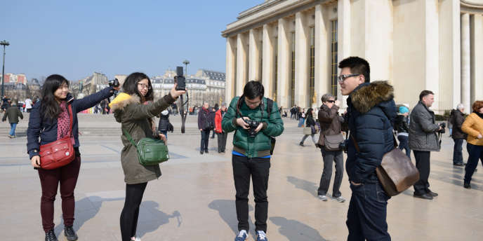 Des touristes chinois, place du Trocadéro, à Paris, en mars 2013.
