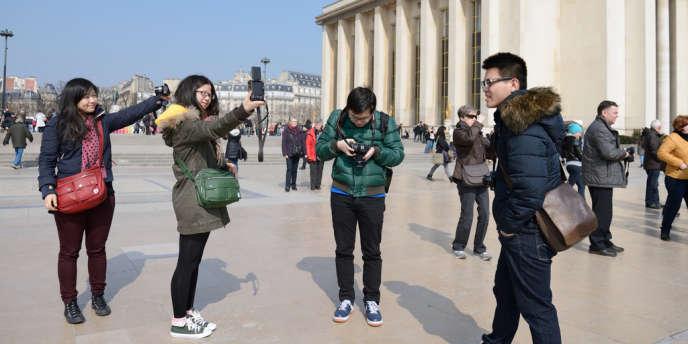 Des touristes chinois, à Paris, en mars 2013