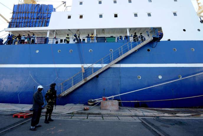 Le chalutier russe « Oleg-Naydenov », arraisonné par des commandos sénégalais, à quai le 5 janvier dans le port de Dakar.