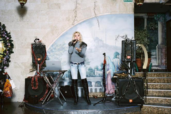 La chanteuse Marina Bayur au restaurant Eurasia à Sotchi, en 2011. Cette photo a reçu un prix au World Press Photo en 2012.