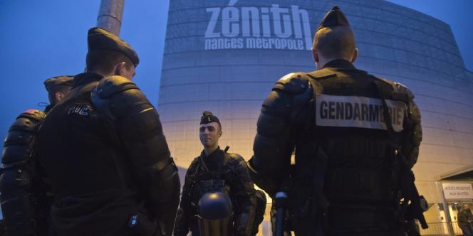 Des CRS postés devant le Zénith de Nantes.