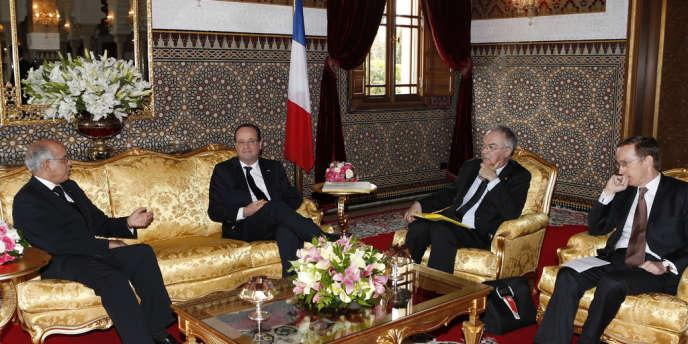 De gauche à droite, Mohamed Cheikh Biadillah, président de la Chambre des conseillers du royaume du Maroc, le président Francois Hollande, le diplomate Paul-Jean Ortiz, et l'ambassadeur de France, Charles Fries, le 4 avril 2013, à Rabat.