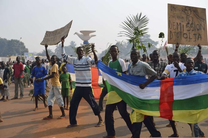 Des manifestants appelant à la démission de l'ex président de la Centrafrique, Michel Djotodia, le 10 janvier près de l'aéroport de Mpoko, à Bangui.