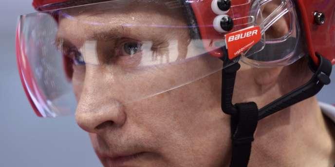 Le président russe Vladimir Poutine en tenue de hockeyeur à Sotchi, un mois avant l'inauguration des Jeux d'hiver.