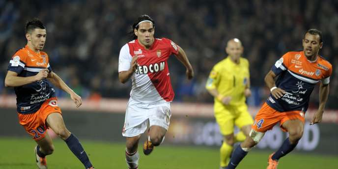 Le monégasque Radamel Falcao à la lutte avec les joueurs de Montpellier, le 10 janvier au stade de la Mosson.