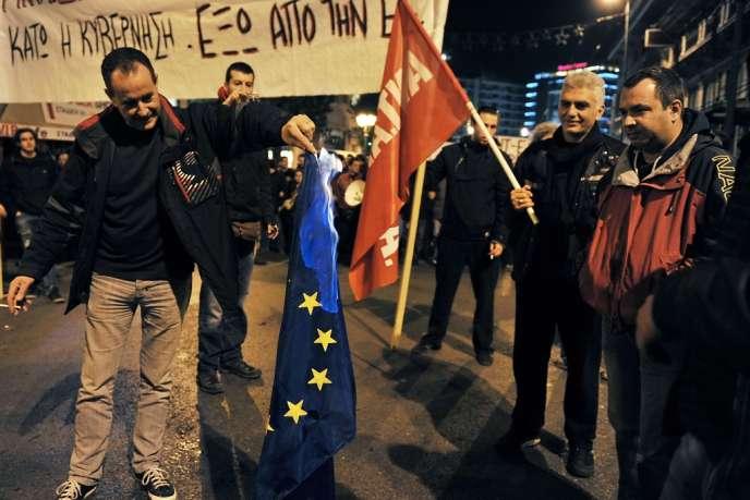 Un manifestant brûle le drapeau européen, à Athènes, le 8 janvier.