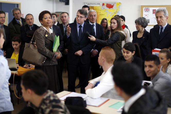 George Pau-Langevin, ministre déléguée à la réussite scolaire, et Vincent Peillon, ministre de l'éducation nationale, visitent un lycée professionnel à Nice, le 10 janvier.