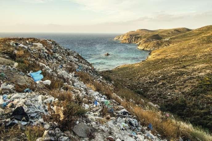 Décharge sauvage face à la mer Egée,