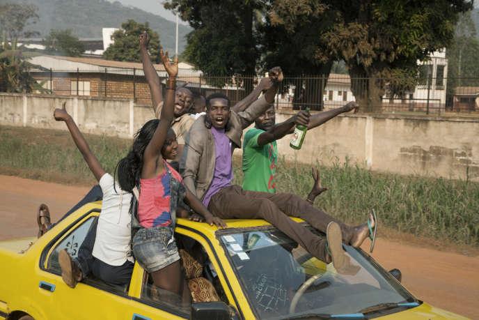 Des centaines d'habitants ont manifesté dans les rues principales de Bangui alors que le président Michel Djotodia démissionnait.
