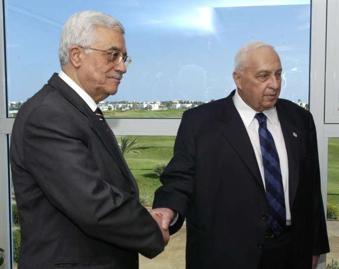 Ariel Sharon serre la main du président de l'Autorité palestinienne Mahmoud Abbas en février 2005 à Charm el-Cheikh (Egypte).
