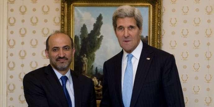 Le secrétaire d'Etat américain John Kerry et le président de la Coalition nationale de l'opposition syrienne Ahmad Al-Jarba, en septembre 2013 à New York.