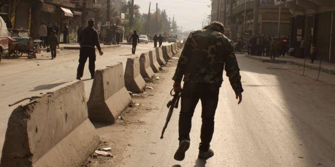 Un combattant rebelle dans une rue d'Alep, dans le nord de la Syrie, le 10janvier 2014.
