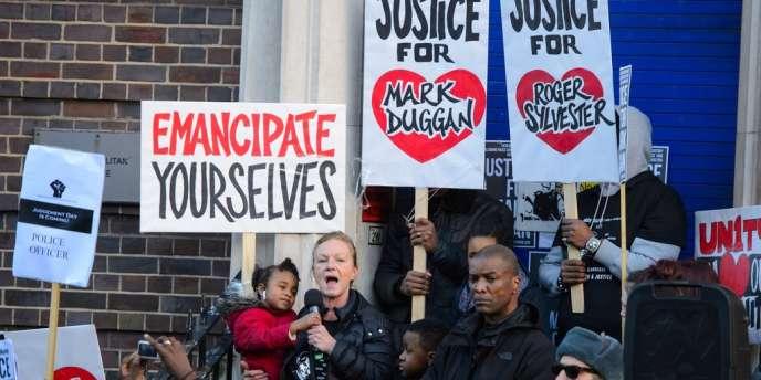 La tante de Mark Duggan au micro, le 11 janvier à Londres.