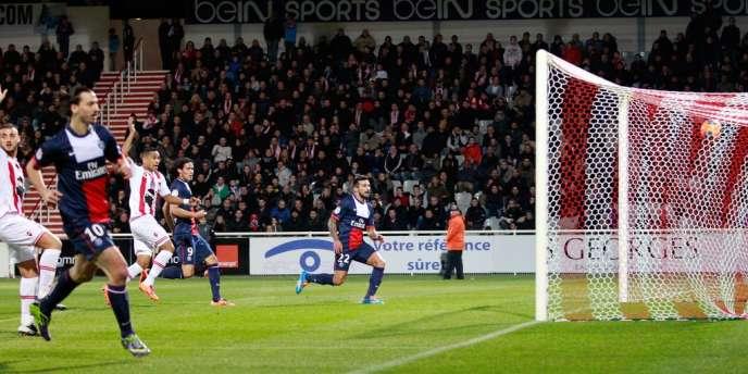 Ezequiel Lavezzi ouvre le score sous le regard de Zlatan Ibrahimovic, samedi 11 janvier, à Ajaccio.