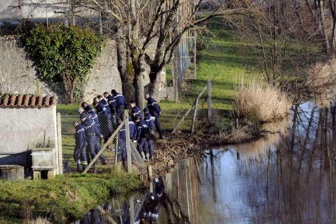 Des gendarmes inspectent les alentours du centre éducatif de formation professionnelle (CEFP) où le veilleur de nuit a été assassiné dans la nuit de vendredi à samedi.