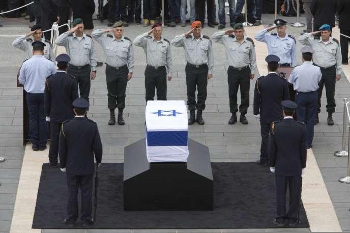 Des généraux israéliens devant le cercueil d'Ariel Sharon, le 12 janvier 2014.