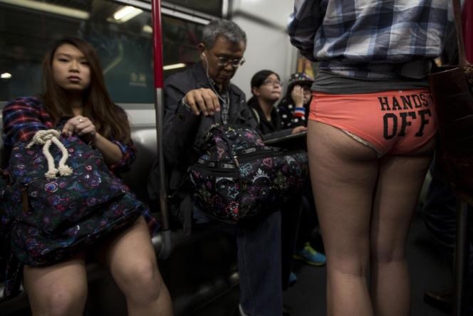 Une fille participe à la journée dans le métro de Hongkong.