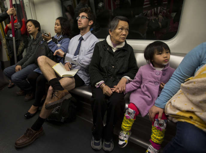 Un homme sans pantalon dans le métro de Hongkong pour l'événement
