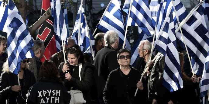 Partisans d'Aube dorée devant le tribunal d'Athènes le 11 janvier.
