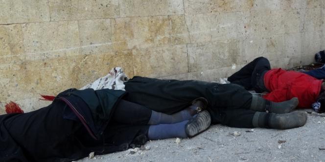 Les corps de prisonniers abattus devant un QG de l'EIIL à Alep, le 8 janvier 2014.