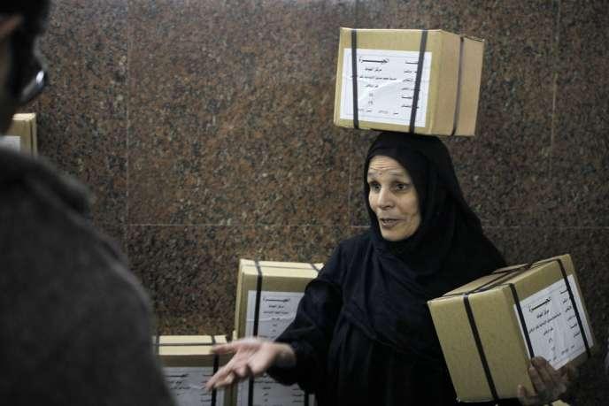Transport des bulletins de vote pour le référendum des 14 et 15 janvier, lundi 13 janvier au Caire.