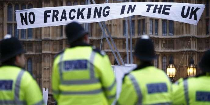 Manifestation contre l'exploration par fracturation hydraulique du gaz de schiste devant le Parlement à Londres, en décembre 2012.