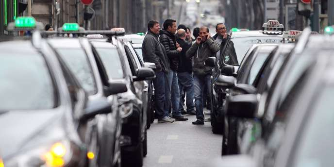 La grève menée par les taxis, lundi 13 janvier, provoquait des perturbations sur les routes d'Ile-de-France, avec environ un millier de taxis sur les routes.