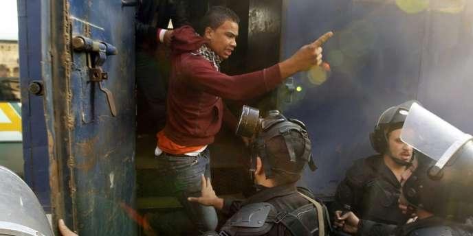 Arrestation, le 10 janvier au Caire, d'un manifestant pro-Morsi au Caire.