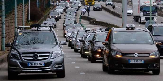 Agacés par la concurrence des voitures avec chauffeur qu'ils jugent « déloyale » et le relèvement de la TVA dans les transports, plusieurs centaines de taxis en grève manifestaient lundi 13 janvier dans les grandes villes.