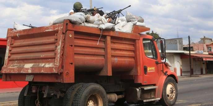 Des milices d'autodéfense s'attaquent au cartel des Chevaliers templiers dans l'Etat du Michoacan, le 12 janvier 2014.