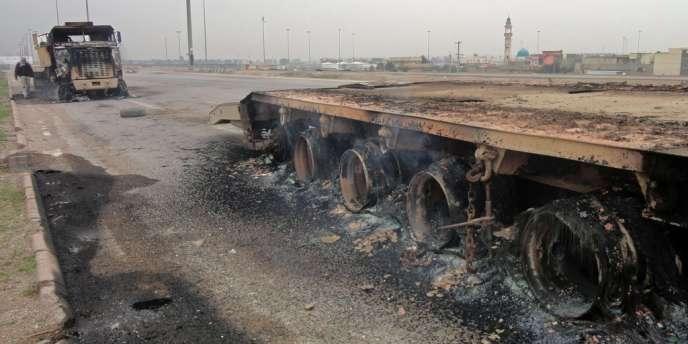 Sur une route reliant Bagdad à Fallouja, après des combats entre l'armée et des assaillants, le 5 janvier.