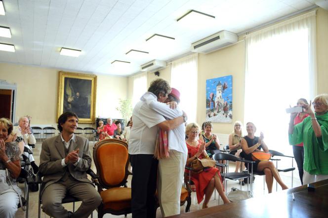 Mariage à Cahors, le 6 juillet 2013. Les mariées, Geneviève et Monique, respectivement âgées de 70  et 88 ans, vivent ensemble depuis 43 ans.