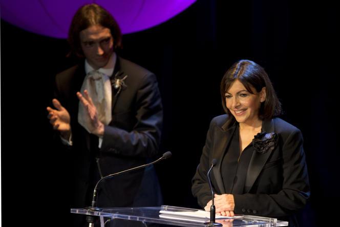 Anne Hidalgo applaudie par Cédric Villani, mathématicien membre de son comité de soutien, lundi 13 janvier à l'Alhambra (Paris-10e).