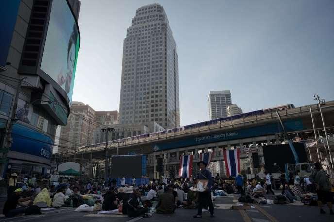 Habituellement embouteillé, le centre des affaires de Bangkok était encore bloqué par les manifestants, mardi 14 janvier.