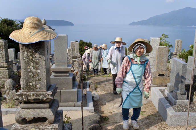 Des habitants du village de Nakahama, nettoyent les tombes de leurs ancêtres.