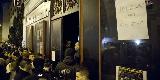 Les spectateurs entrent au Théâtre de la Main d'or lundi 13 janvier au soir pour le spectacle