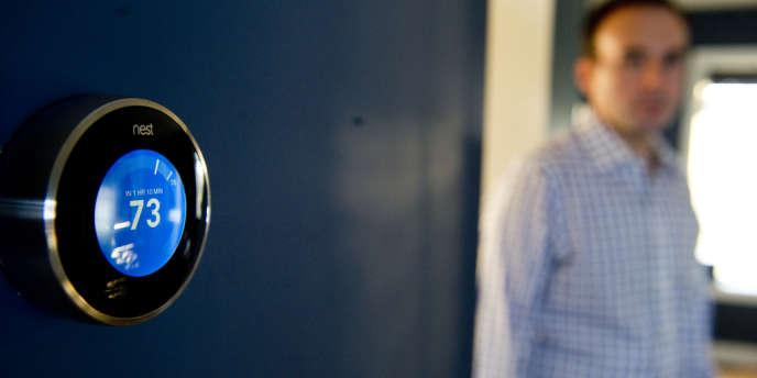 Le thermostat connecté Nest Labs permet de surveiller la température du foyer depuis un smartphone.